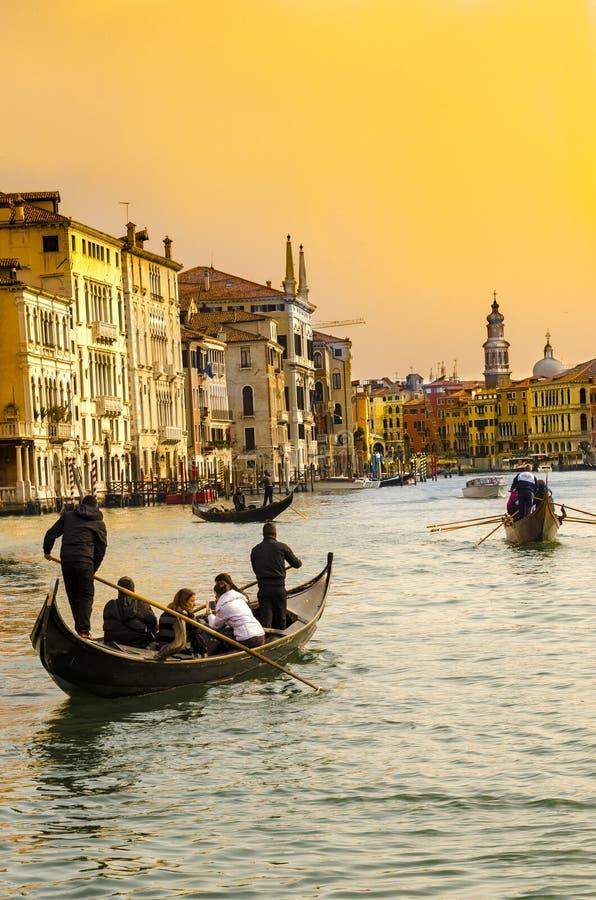 Góndola en el canal grande, Venecia fotografía de archivo