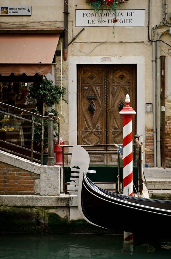 Góndola en el canal en Venecia imagenes de archivo