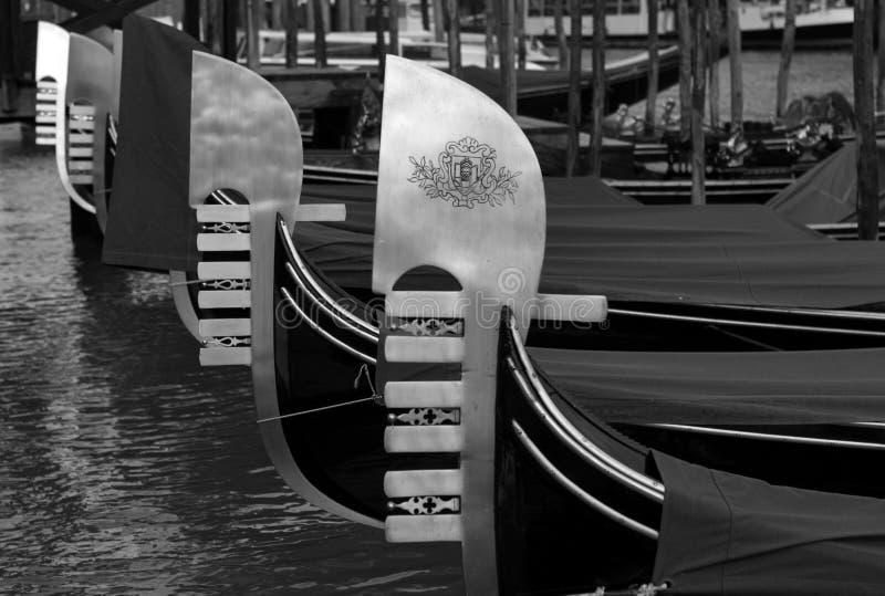 Góndolas amarradas a lo largo del canal, Venecia foto de archivo