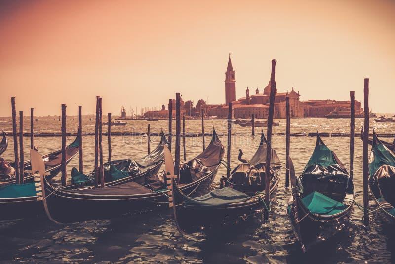 Góndolas contra el panorama de Venecia fotografía de archivo