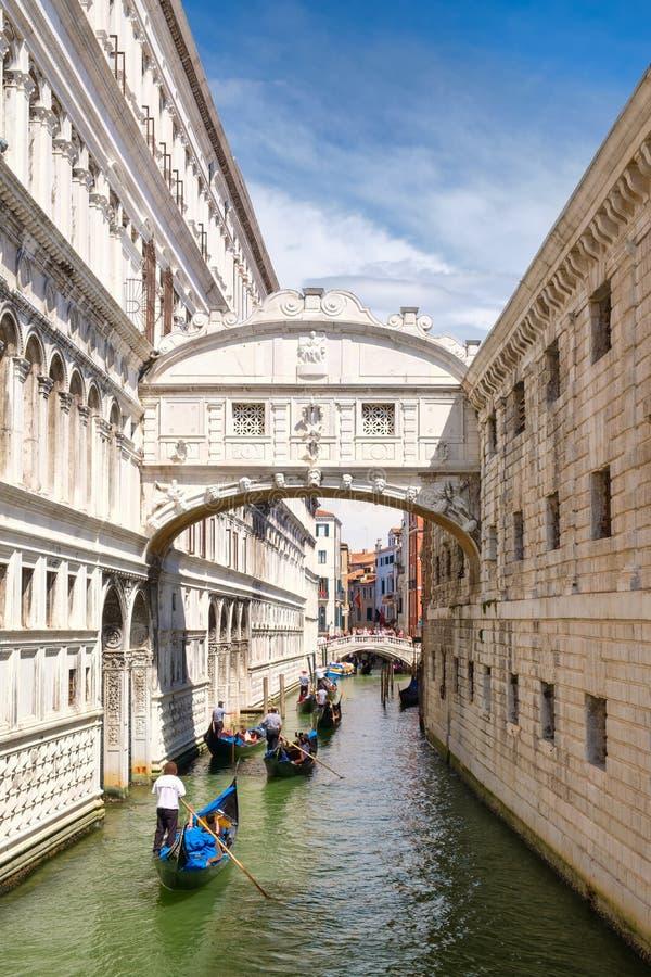 Góndolas debajo del puente de suspiros en Venecia, Italia fotografía de archivo