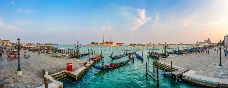 Góndolas en el canal grande en la puesta del sol, San Marco, Venecia, Italia imagen de archivo libre de regalías