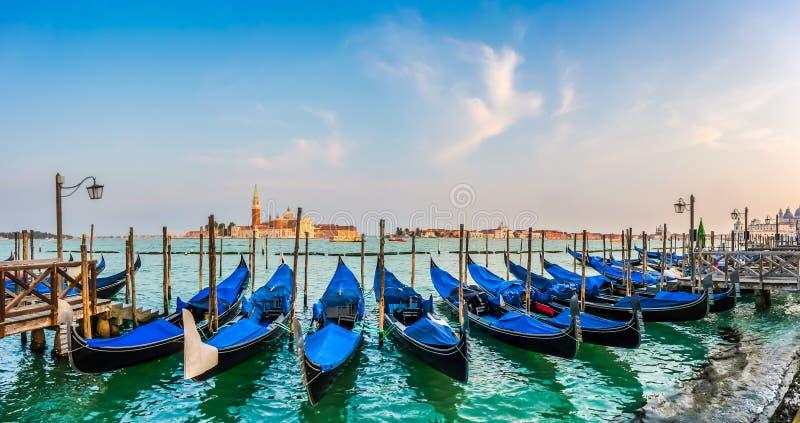 Góndolas en el canal grande en la puesta del sol, San Marco, Venecia, Italia fotografía de archivo libre de regalías