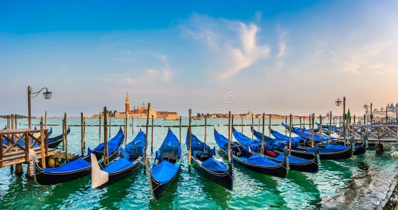 Góndolas en el canal grande en la puesta del sol, San Marco, Venecia, Italia imagenes de archivo