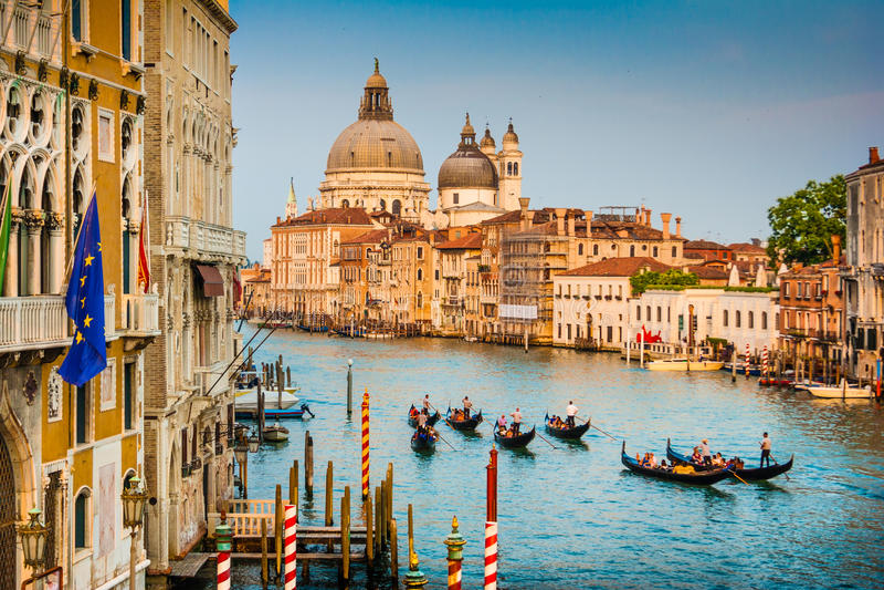 Góndolas en el canal grande en la puesta del sol, Venecia, Italia foto de archivo libre de regalías