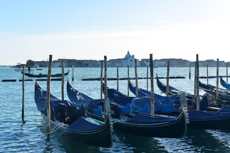 Góndolas en el canal magnífico en Venecia, Italia fotografía de archivo libre de regalías