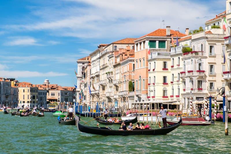 Góndolas en Grand Canal en Venecia en un día de verano foto de archivo