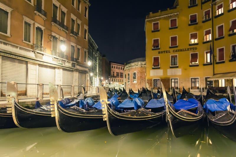 Góndolas en la noche en Venezia, Italia foto de archivo libre de regalías
