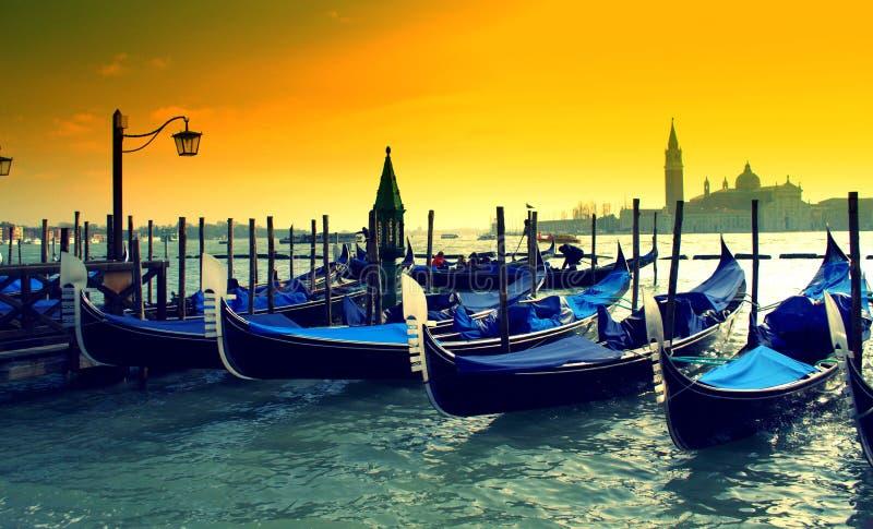Góndolas en la puesta del sol, Italia de Venecia imágenes de archivo libres de regalías