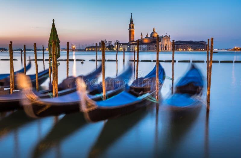 Góndolas, Grand Canal y San Giorgio Maggiore Church en el amanecer fotos de archivo