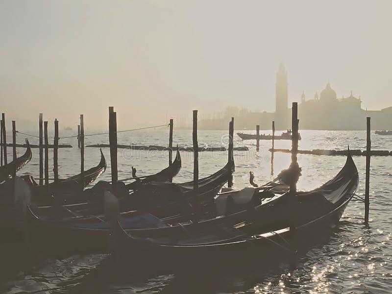 Góndolas típicas en Venecia con niebla fotos de archivo libres de regalías