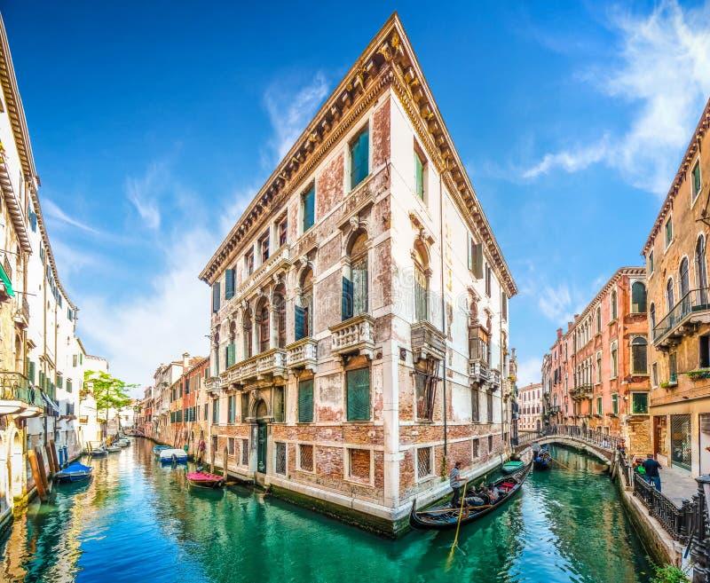 Góndolas tradicionales en el canal estrecho entre las casas coloridas, Venecia, Italia foto de archivo libre de regalías