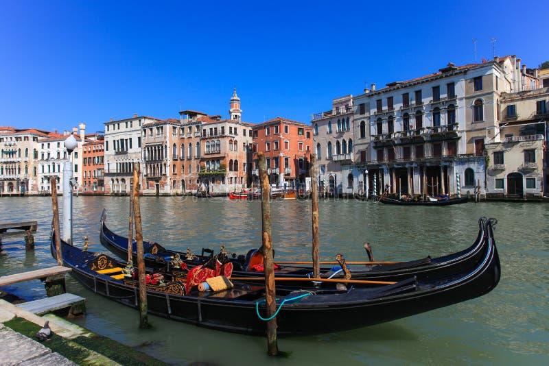 Góndolas tradicionales en Venecia imagenes de archivo