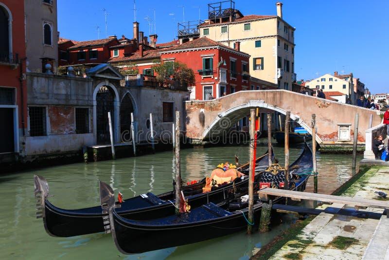 Góndolas tradicionales en Venecia fotos de archivo