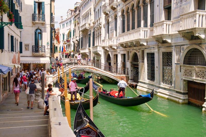 Góndolas tradicionales y palacios viejos en un canal estrecho en Venecia foto de archivo libre de regalías