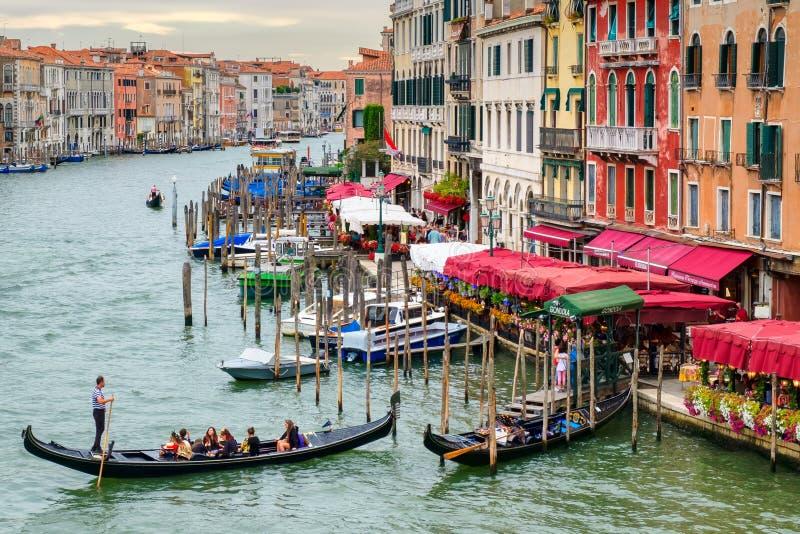 Góndolas y palacios viejos elegantes en Grand Canal en Venecia fotos de archivo