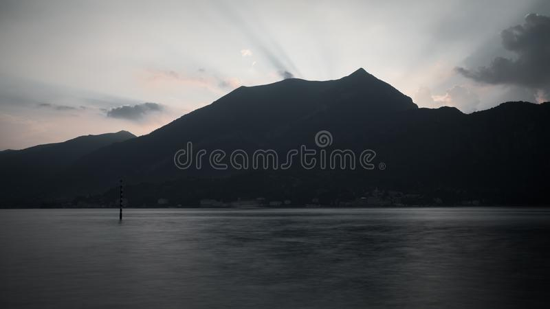 Gór alps i jezioro como z słońcem błyszczą obraz royalty free