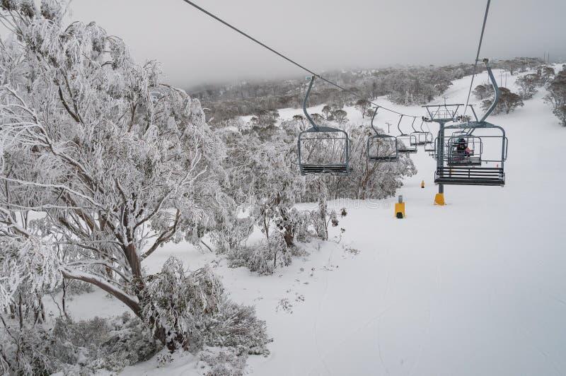 Gór dźwignięcia skłon dla narciarstwa w zimie fotografia stock