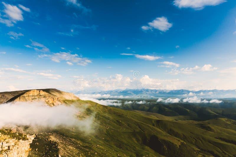 Gór i zielonej doliny chmur Krajobrazowy lato Podróżuje dzikiej natury scenicznego widok z lotu ptaka obrazy stock
