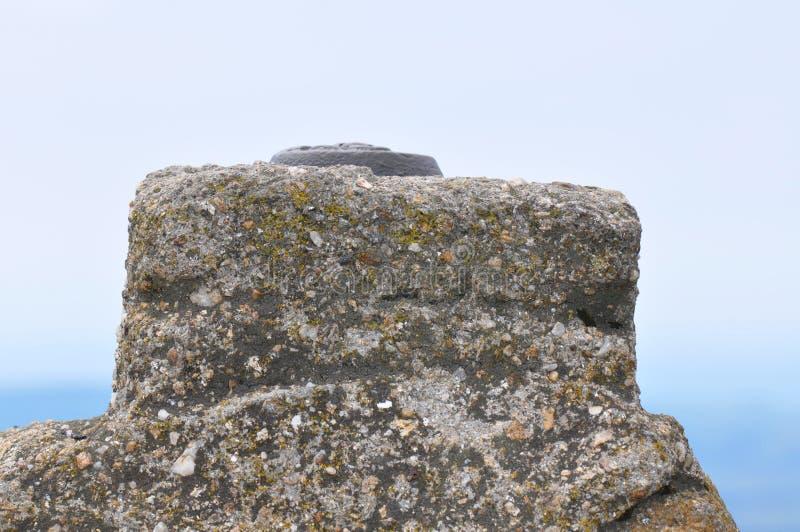 Gór skał szczegół z ośniedziałym kruszcowym przedmiotem zdjęcia royalty free