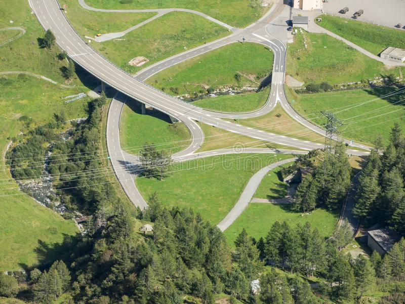 Gór skrzyżowania i chyły które tworzą pięknych kształty Droga Gotthard przepustka, Szwajcaria fotografia royalty free