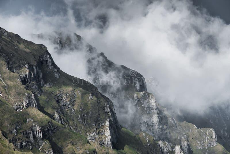 Góra chmurnieje nad granie i doliny fotografia stock