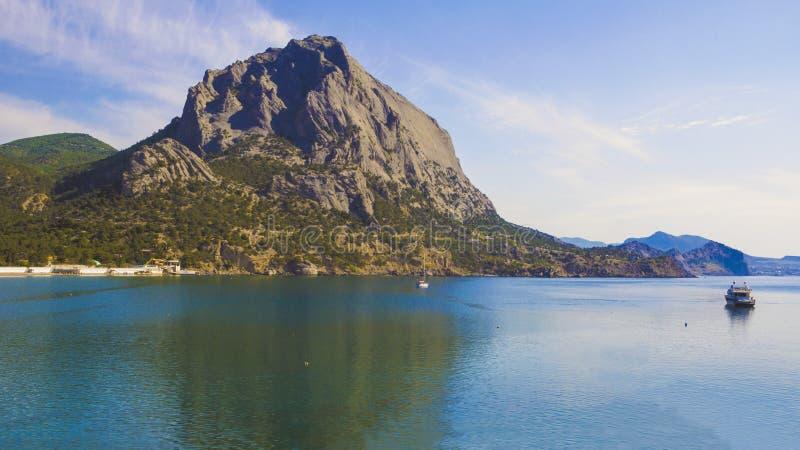 Góra dzwoniąca Sokol odbija w błękitnym nawadnia denna zatoka obraz stock