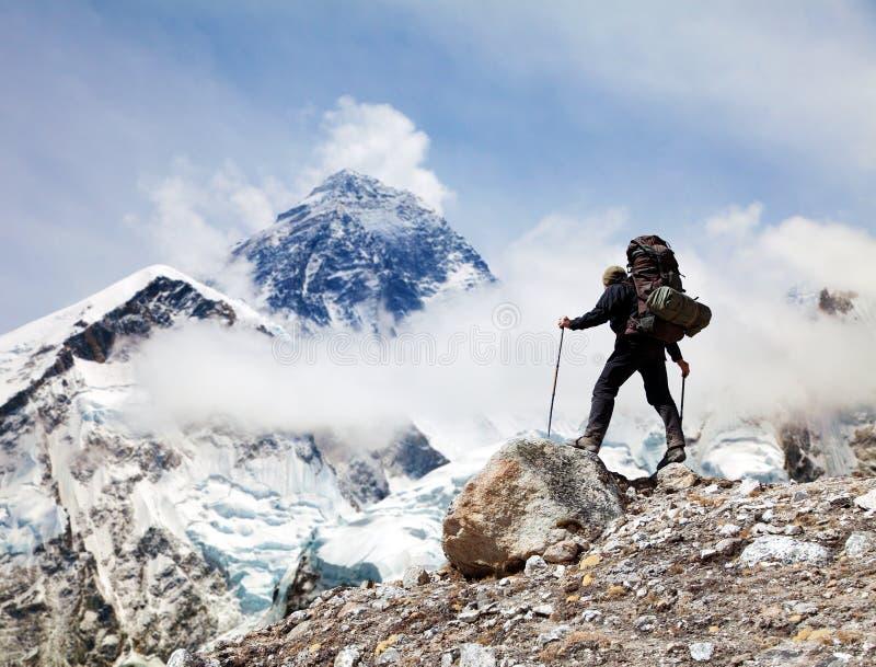Góra Everest z turystą zdjęcia royalty free