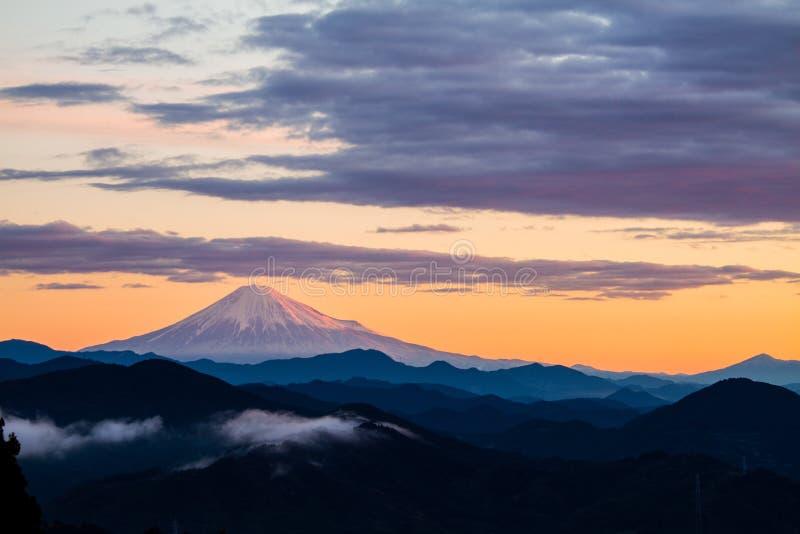 Góra Fuji w wschodzie słońca z chmurami obrazy stock