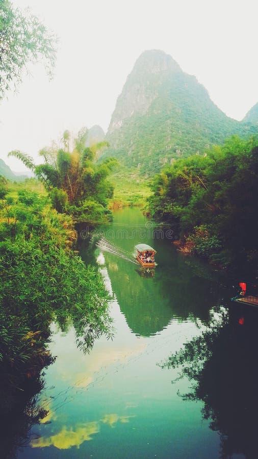 Góra i jezioro obrazy stock