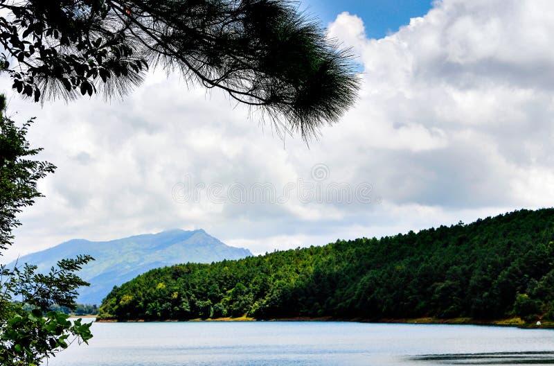 Góra i jezioro zdjęcia stock