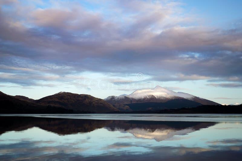 Góra i jezioro Po Aunset fotografia stock