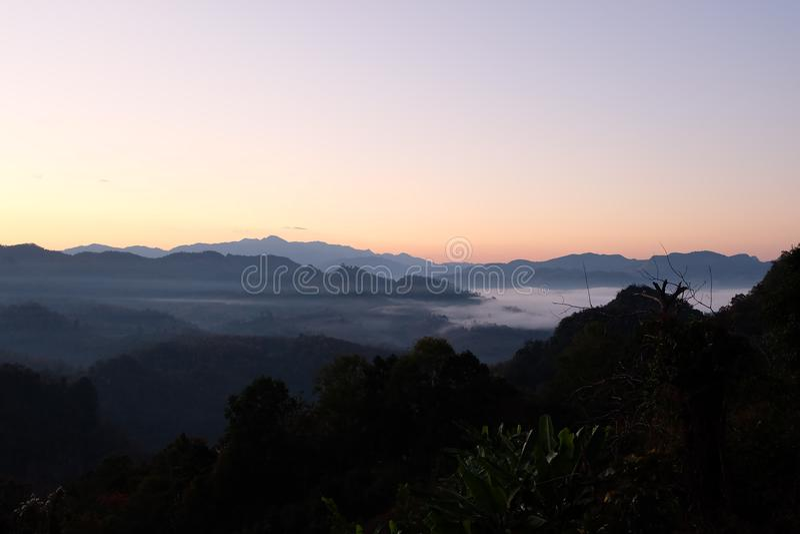 Góra i mgła zdjęcia stock
