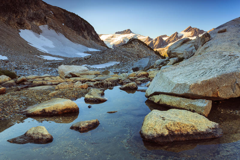 Góra i strumień obraz stock