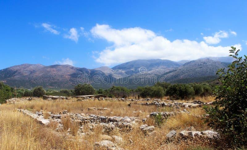 Góra krajobraz: kamienie, wysuszona trawa, drzewa, góry i niebo, crete Grecja zdjęcie royalty free