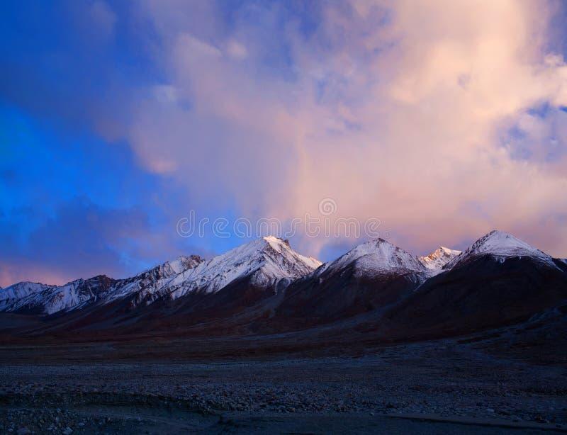 Góra krajobraz przy Tso Moriri jeziorem w Indiańskim himalaje obrazy royalty free