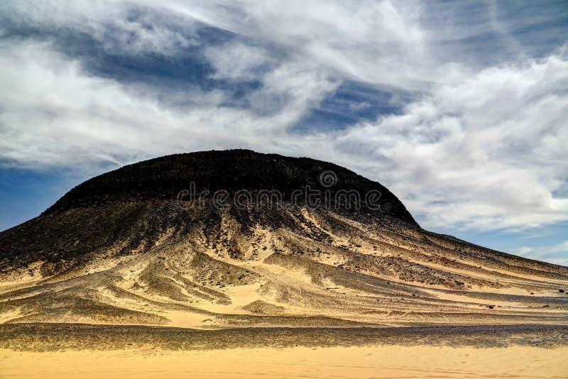 Góra krajobraz w czerni pustyni, Bahariya Egipt zdjęcie stock