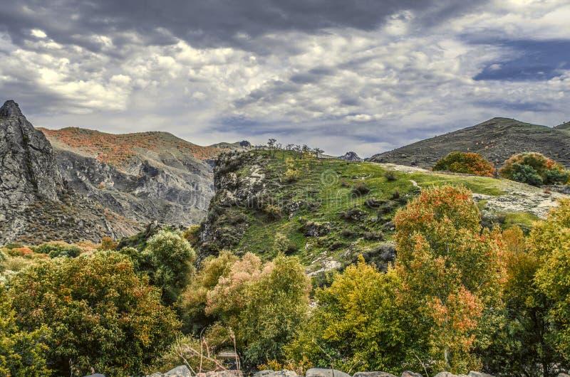 Góra krajobraz w jesień dniu i ciężki, hurricanechmurnieje obrazy royalty free