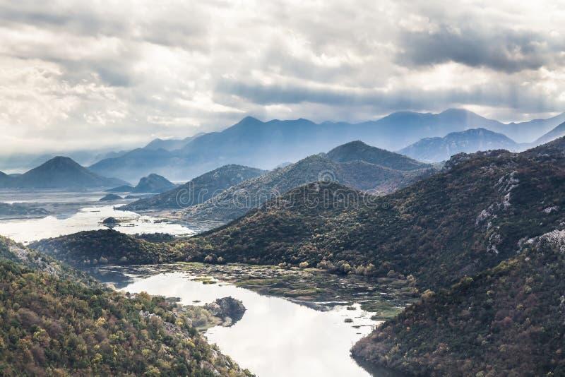 Góra krajobraz wokoło Rijeka Crnojevica Skadar jezioro od wysokiego widoku w Montenegro fotografia stock
