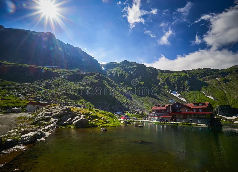 Góra krajobraz, wycieczkuje ślad w Fagaras górach, RomaniaMountain krajobraz, Balea jezioro w Fagaras górach, Rumunia zdjęcie stock