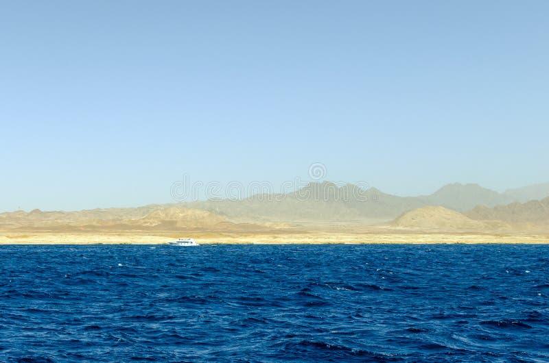 Góra krajobraz z błękitne wody w parku narodowym Rasa Mohammed, Egipt zdjęcie stock