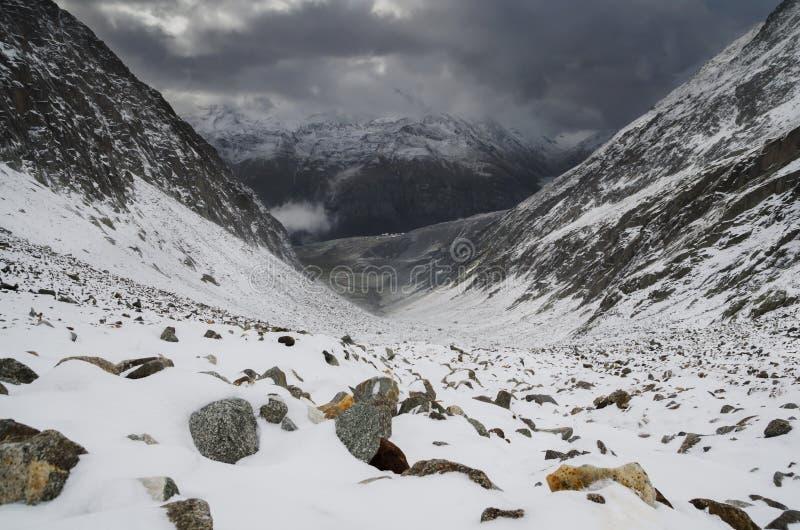 Góra krajobraz z dramatycznym niebem w Szwajcarskich Alps obrazy stock
