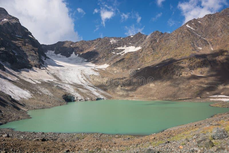 Góra krajobraz z pięknym jeziorem, niebem i lodowem, zdjęcie stock