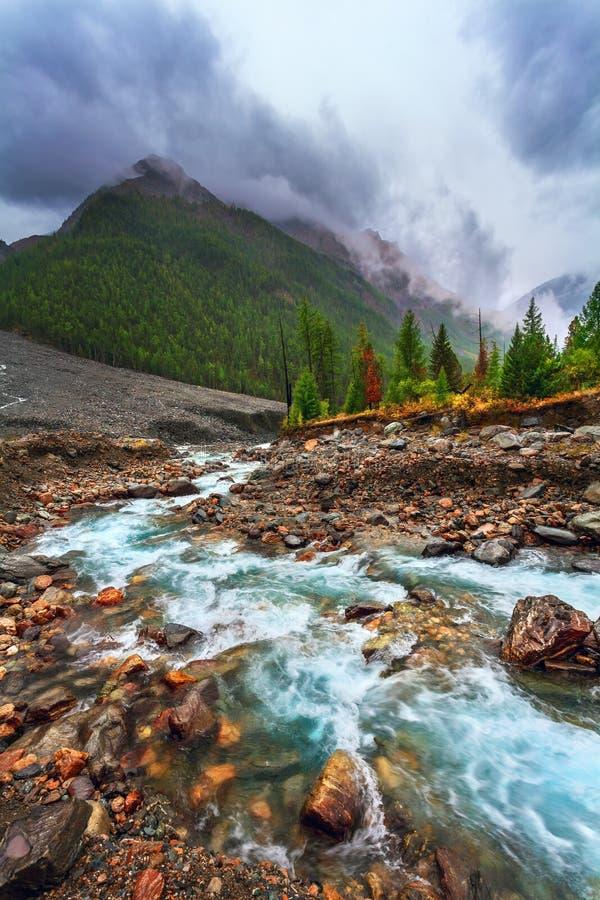 Góra krajobraz z rzeką Dżdżysta ponuractwo pogoda fotografia royalty free