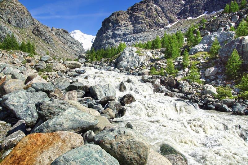 Góra krajobraz z rzeką, Szwajcaria obrazy stock