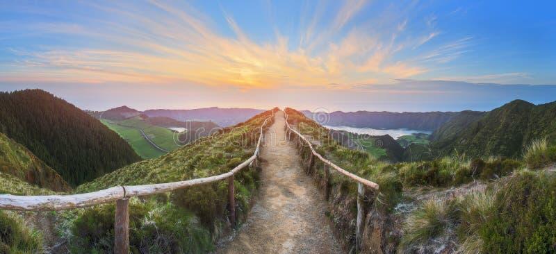 Góra krajobraz z wycieczkować ślad i widok piękni jeziora, Ponta Delgada, Sao Miguel wyspa, Azores, Portugalia zdjęcia stock