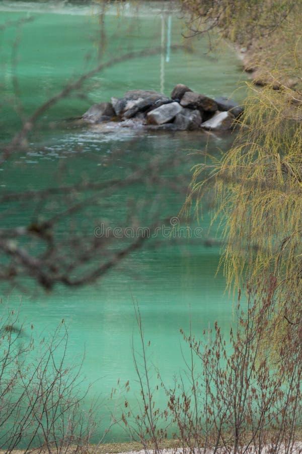 Góra lakegreen wodę zdjęcia stock