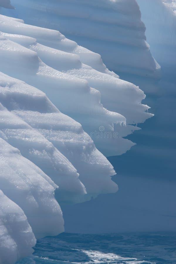 Góra lodowa żlobiąca morzem fotografia stock