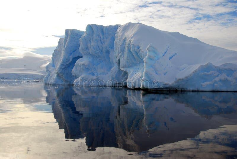 góra lodowa szczerbił odbijającego morze fotografia royalty free