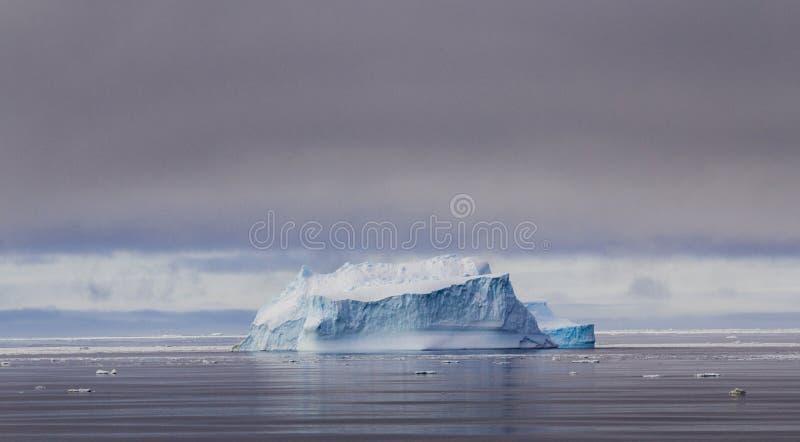 Góra lodowa w Antarktycznej zimie zdjęcia royalty free
